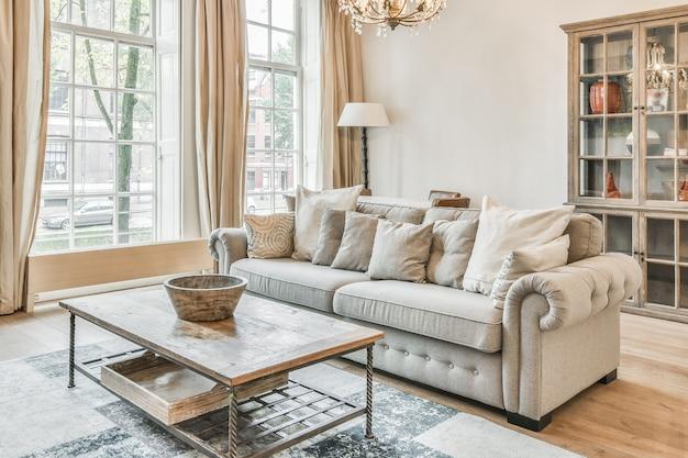 カーペット、マイルドなソファ、テーブル、その他の豪華な家具を備えたリビングルーム