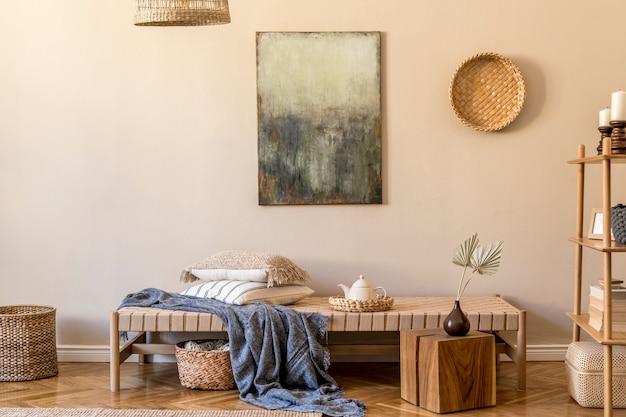 Гостиная с дизайнерским шезлонгом, картинами, декором из ротанга, деревянным кубом, ковром и элегантными личными аксессуарами.