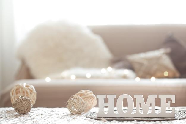 Soggiorno con la scritta ornamento per la casa e ghirlanda leggera