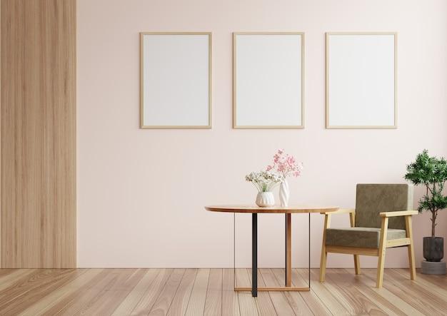 꽃병에 테이블, 안락 의자 및 꽃으로 장식 된 벽에 액자가있는 거실