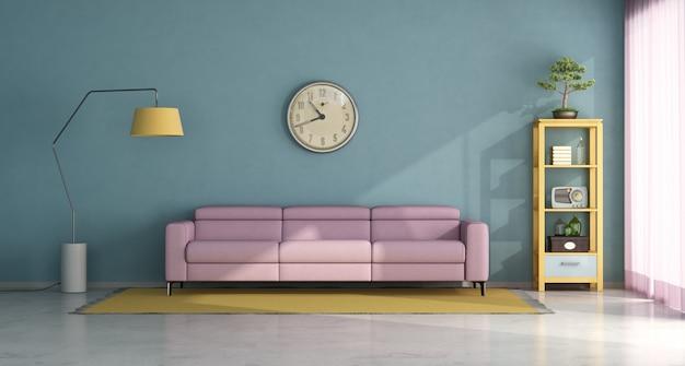 ピンクのソファとヴィンテージの家具要素のあるリビングルーム