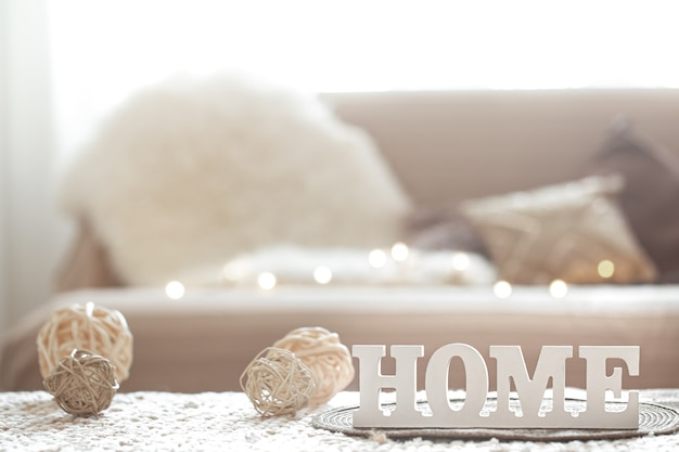 Гостиная с надписью домашний орнамент и светлая гирлянда