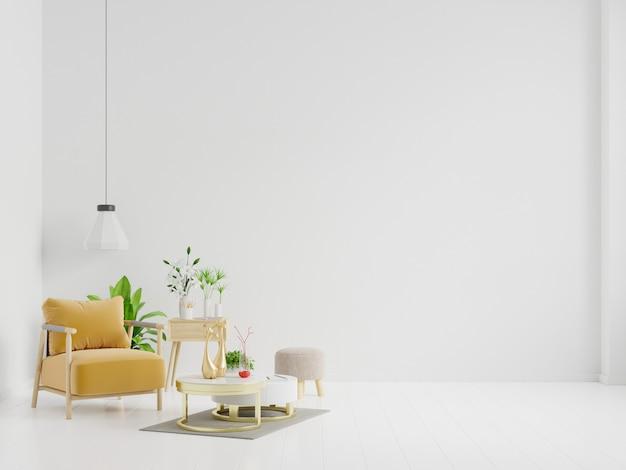 나무 테이블, 램프 및 노란색 안락 의자가있는 거실.