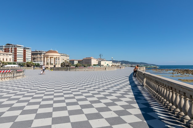 리보르노, 이탈리아 - 2018년 6월 29일: 리보르노(livorno)의 투스카니(tuscany) 서쪽 해안에 있는 리구리아 해(ligurian sea) 앞의 테라자 마스카니(terrazza mascagni)(마스카니 테라스)의 탁 트인 전망. 사람들은 테라스에서 걷고 휴식