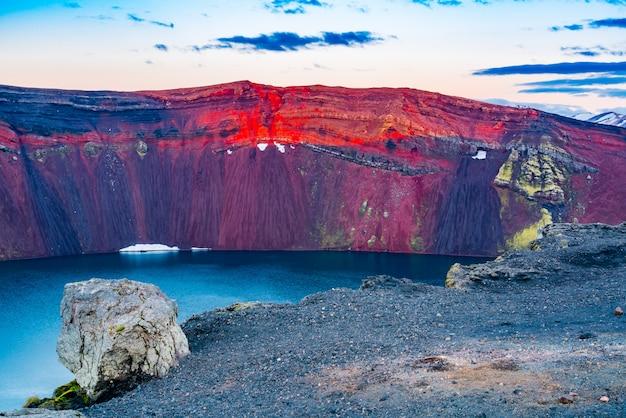 Взгляд красивого края кратера на озере ljotipollur в южных гористых местностях исландии.