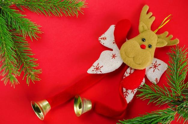 赤のクリスマス装飾鹿。平面図、フラットlkay、copyspace。グリーティングカード