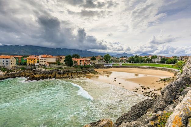 Пляж льянес льянес - муниципалитет провинции астурия на севере испании.
