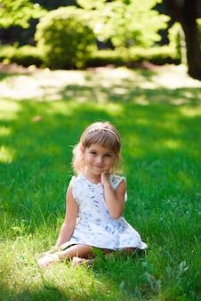 Llittle 여자 아이 여름 날에 야외.