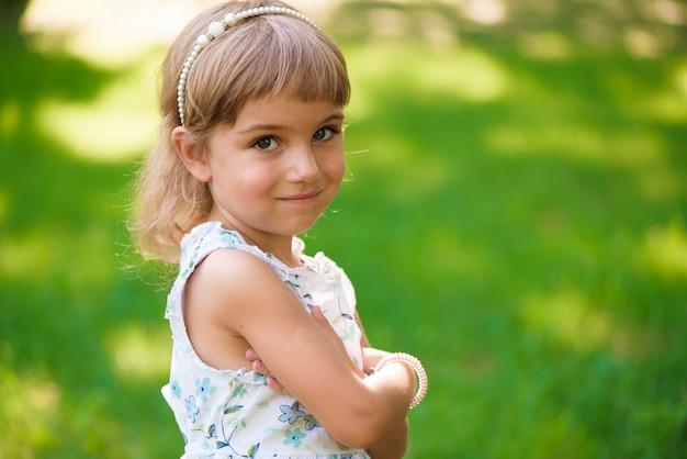 夏の日の屋外llittle女児。
