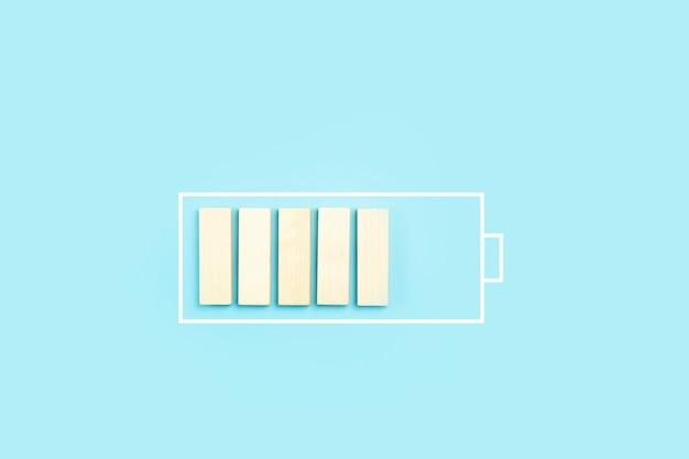 충전 프로세스 고품질 사진으로 배터리 충전 아이콘 배경 나무 블록 로드
