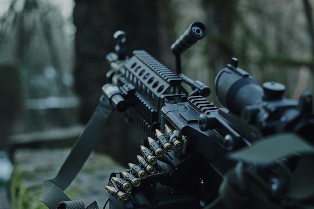 숲에서 로드된 airsoft 무기 근접