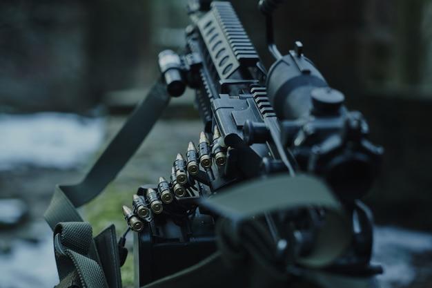 Заряженное страйкбольное оружие крупным планом в лесу