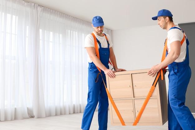 フラットで家具を運ぶローダー