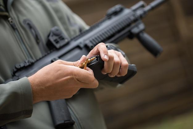 Загрузка боеприпасов в обойму для перезарядки оружия