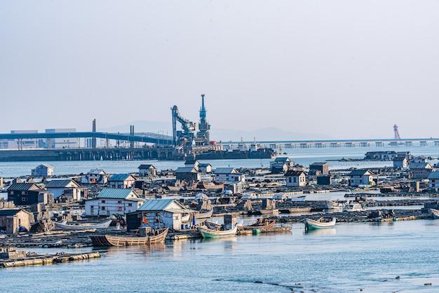 Погрузочно-разгрузочная техника и фермы на приморской пристани