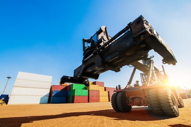 Погрузка и разгрузка контейнеров в порту в яркий солнечный день