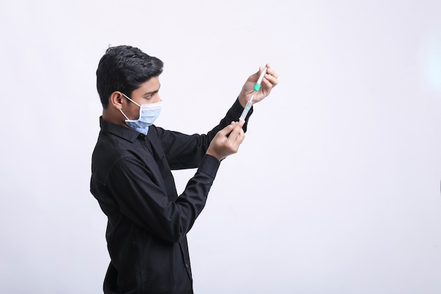 患者の投薬のための注射器への注射の装填。
