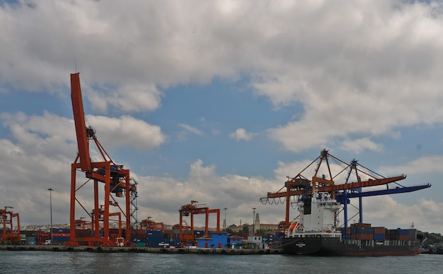 Погрузка баржи на пристани стамбула