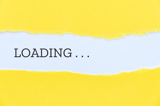 黄色い紙の背景に入力された単語を読み込んでいます