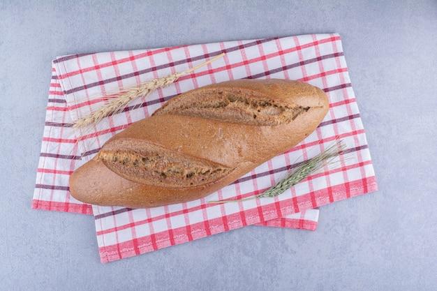 대리석 표면에 수건에 배턴 빵 덩어리