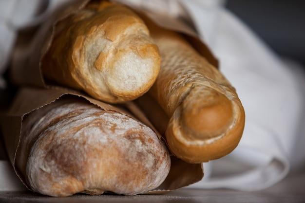 Буханка хлеба в бумажном пакете