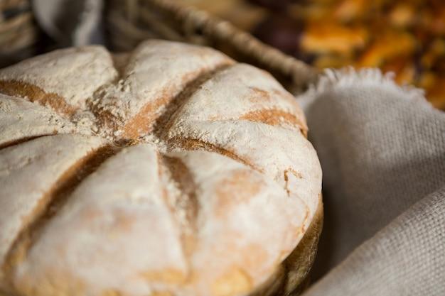 Буханка хлеба в плетеной корзине на прилавке
