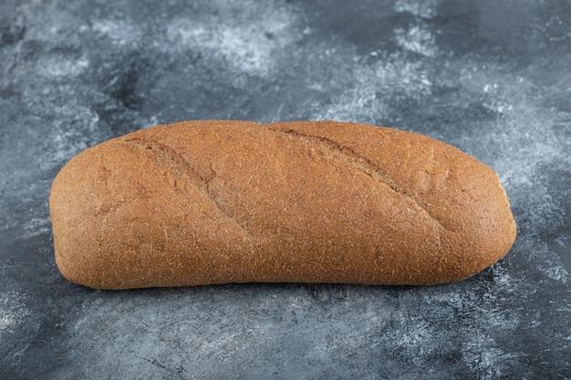 白い背景で隔離のパンの塊。全粒粉パン。水平フレーム。スタジオ。高品質の写真