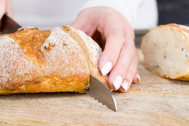 Буханка хлеба на разделочной доске