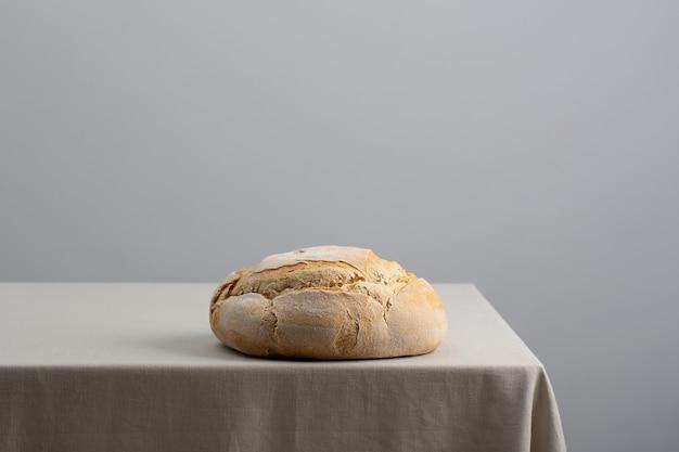 木製の背景にパン、食品のクローズアップ