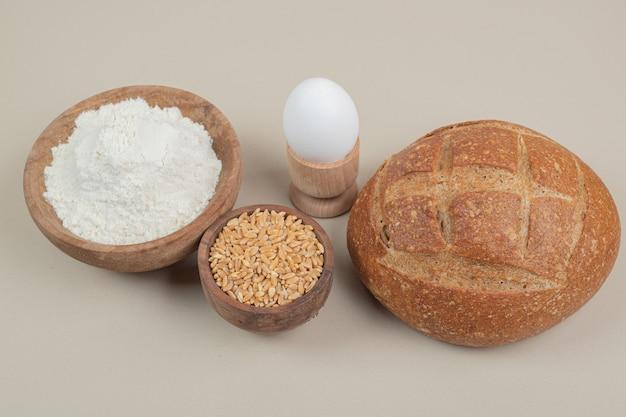 ゆで卵とオーツ麦の穀物とパンの塊