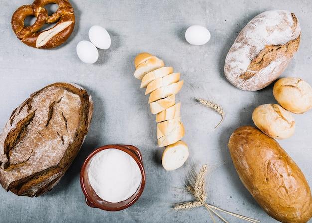 灰色の上に成分を入れたパンのパン
