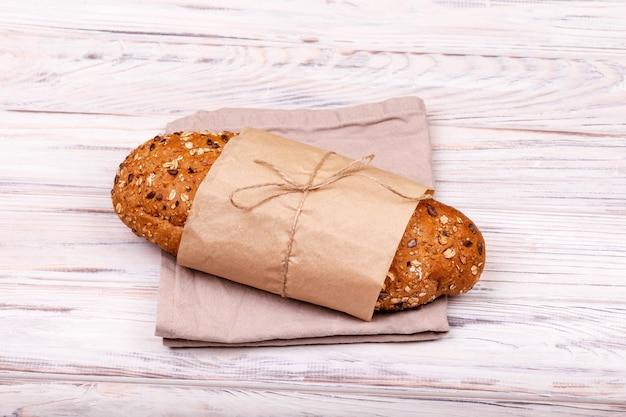 白い表面に焼きたてのパンの塊。エコロジカルフード