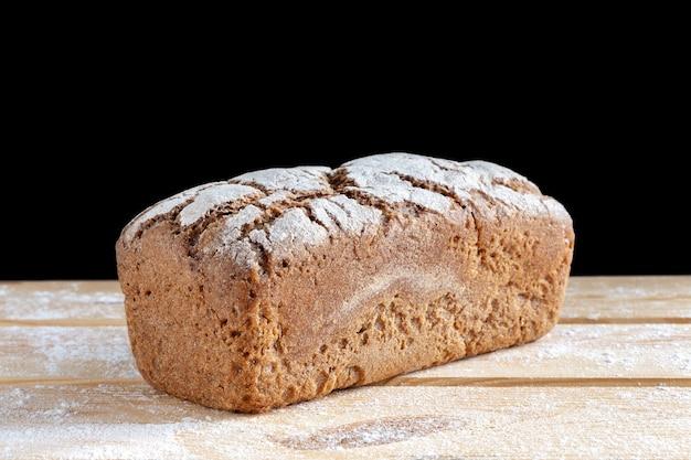 木製のテーブルで自家製のパン