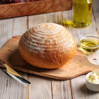 나무 테이블에 올리브 오일 빵 덩어리