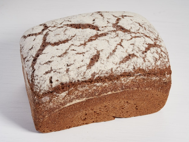 Буханка ржаного хлеба на светлом фоне
