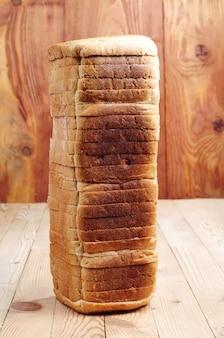 テーブルの上のスライスされた白パンのパン