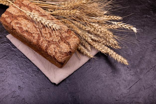 全粒粉パンの塊と小麦の衝撃。素朴なサワードウパン