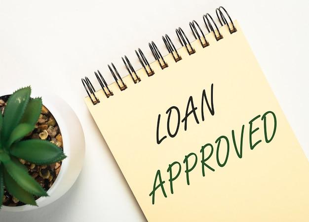 ローンは紙の碑文を承認しました。金融借入および貸付の概念。