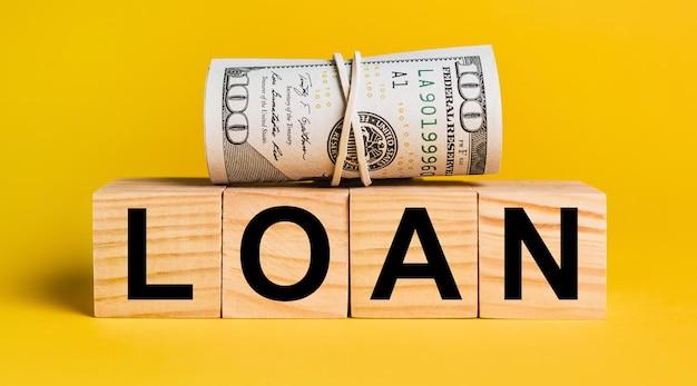 黄色の背景にお金でローン。ビジネス、金融、クレジット、収入、貯蓄、投資、交換、税金の概念
