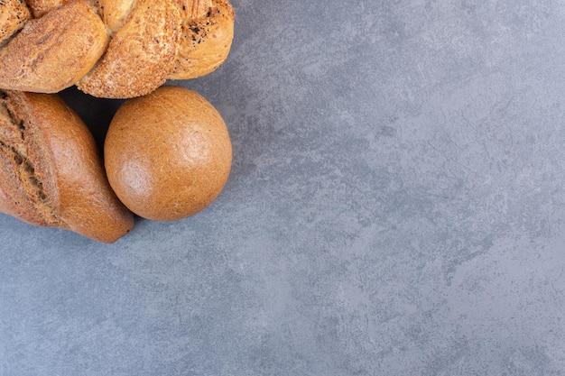 大理石の背景にバトン、ストルシア、パンのパンが束ねられています。高品質の写真