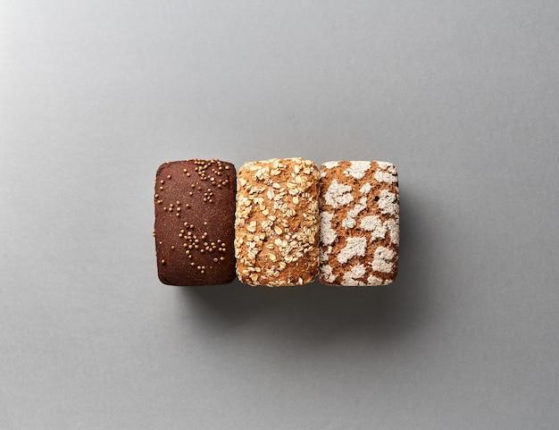 Буханки хлеба на сером. безглютеновый ржаной хлеб с отрубями и кориандром