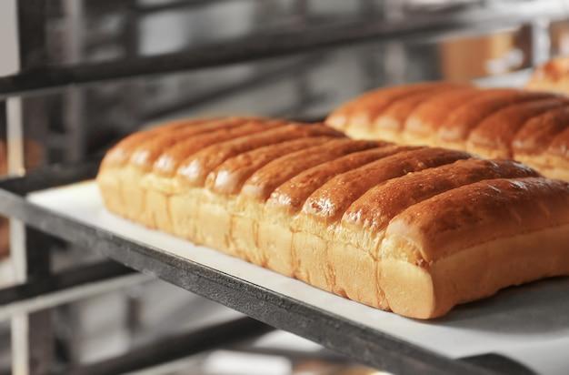 パン屋の棚にパンの塊