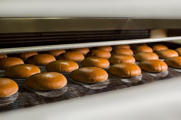 パン屋の生産ラインのパンの塊