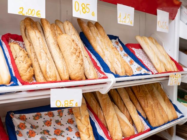 빵집에 배치된 빵 덩어리