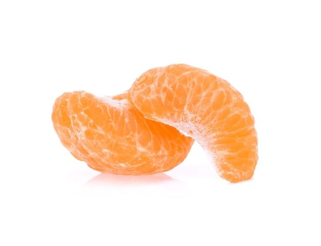 白に分離されたオレンジの葉。