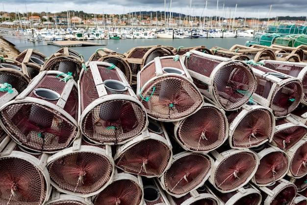 스페인 항구의 랍스터와 게 상자