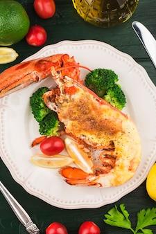 Aragosta astice alla griglia alla thermidor ripieno di panna e formaggio servito con limone aragosta di boston con w