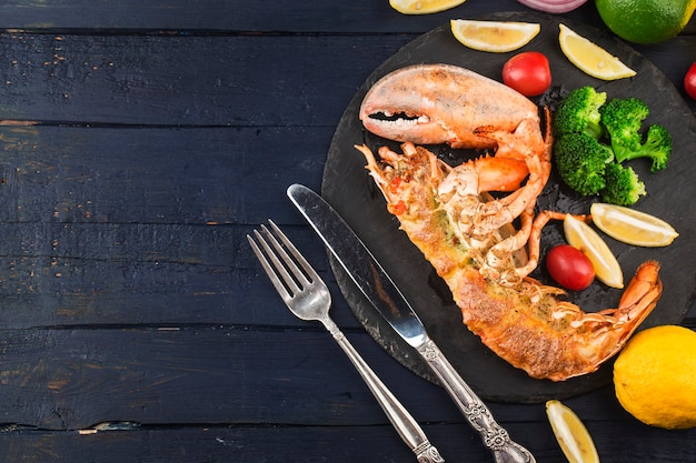 Aragosta astice alla griglia alla thermidor ripieno di panna e formaggio servito con limone aragosta di boston con w Foto Gratuite