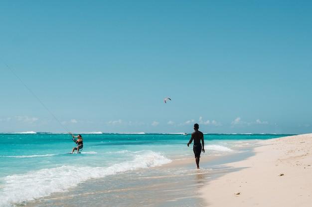 モーリシャス島の熱帯のビーチ、モーリシャスのルモーンビーチで地元の人。