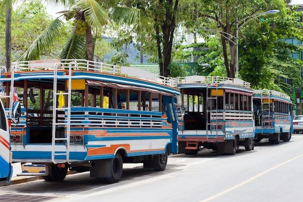 태국 푸켓의 현지 버스가 승객을 기다리고 있습니다.